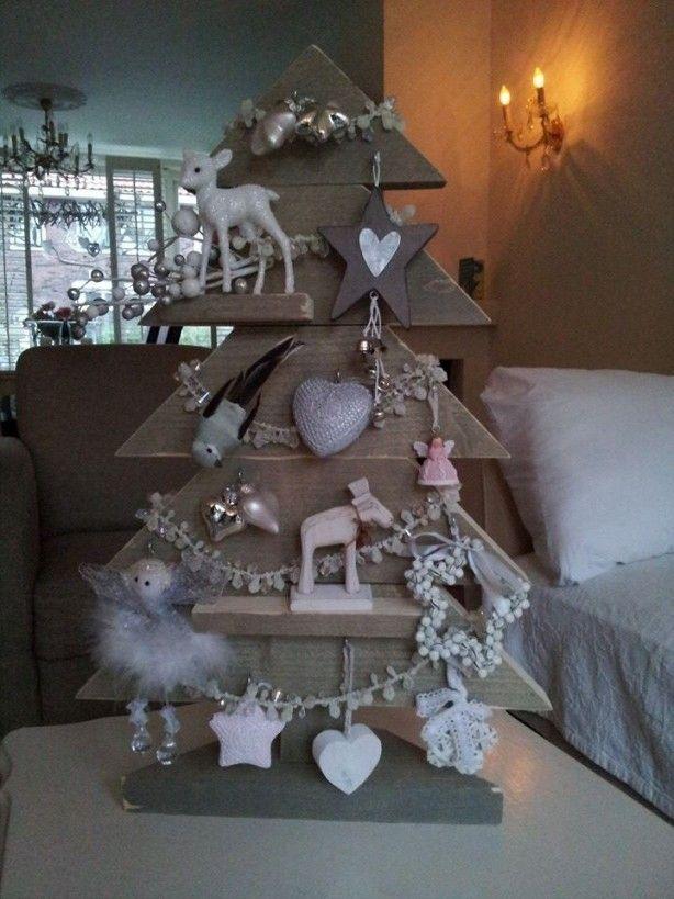 De kleine houten kerstboom van steigerhout.