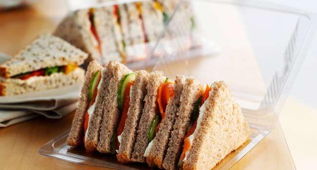Anche se la ricetta originale del tramezzino prevedeva burro e acciughe, è possibile gustarne moltissimi con tante varianti anche in chiave vegana.