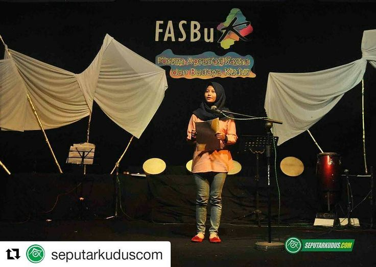 #Repost @seputarkuduscom (@get_repost)  . Juara Cipta Puisi FLS2N Ini Grogi Saat Pertama Kali Baca Puisi di Atas Panggung  Seorang perempuan berkerudung hitam mendapat sambutan tepuk tangan meriah saat memasuki sebuah panggung di Auditorium Universitas Muria Kudus (UMK). Sambil memegang dua lembar kertas di tangan dia lalu membacakan dua puisi di acara yang diselenggarakan Forum Apresiasi Sastra Dan Budaya Kudus (Fasbuk). Puisi tersebut berjudul Thajjud Cintaku Karya Emha Ainun Najib dan…
