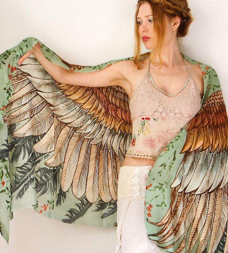 Vintage Bird silketørklædet er fint og helt utroligt blødt. Stoffet er vævet af silke og bomuld og føles som kraftig og lidt ulden silke. Silketørklædet er utrolig lækker at røre ved og føles skønt og lunt mod huden. Tørklædet måler 198x68 cm  og kan bruges om skuldrene, om halsen eller som slå-om-nederdel.
