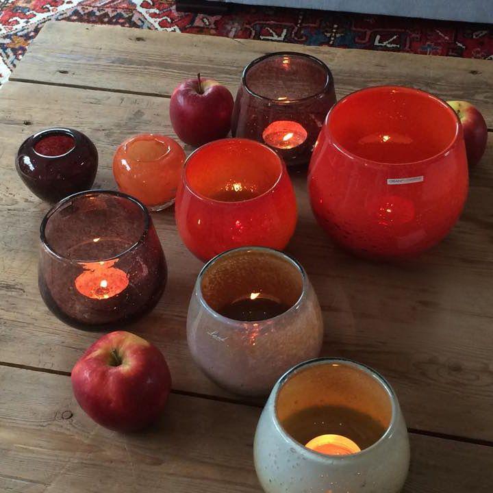 Gezellig en warm geheel van theelichthouders in rode tinten glaswerk van Land by Dean. De winterdagen worden aangenaam met een losse verzameling van glaswerk met theelichtjes op je salontafel.