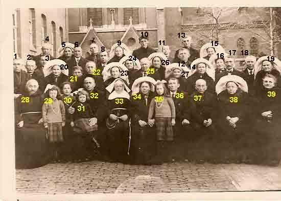 Asten: Zilveren Kloosterjubileum van zuster Berchma (Hanneke Engelen) uit Asten voor het moederhuis van de zusters Franciscanessen uit Veghel in 1927: Moeder Betje Engelen was afwezig i.v.m. ziekte van de jongste dochter Wiesje. Op de achtergrond de parochiekerk van Veghel.