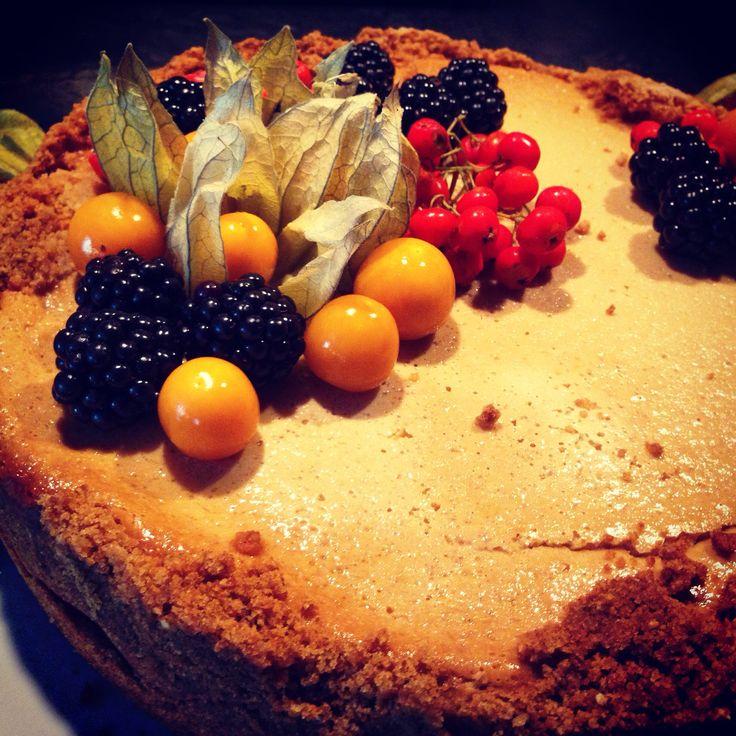 Tyttären valmistama amerikkalainen juustokakku on ennen kaikkea täydellistä mielenterveysruokaa =) #cheesecake #juustokakku #herkku  | © Satuhetki