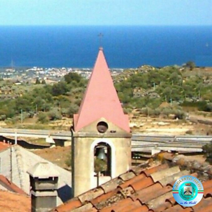 Gagliato, il campanile che si affaccia sul mare Ionio
