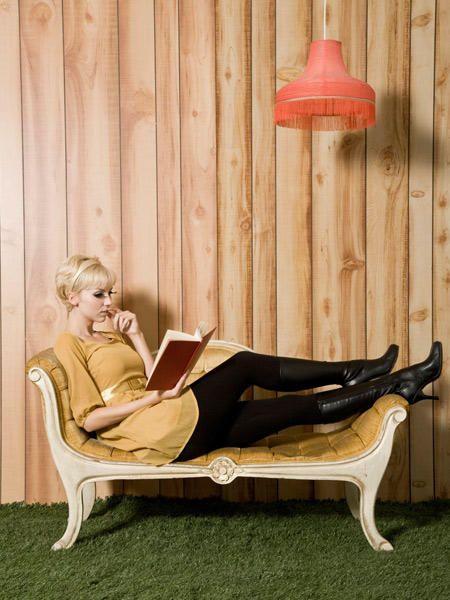 Mit Karos, Senfgelb, Minirock, schwarzen Strumpfhosen und Lackstiefeln, entdecken wir eine Subkultur voll Sixties-Stil, cooler Musik und dem Modevorbild Twiggy.