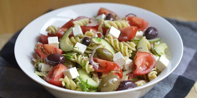 Suveræn græsk inspireret pastasalat med en lækker blanding af feta, oliven, tomat og agurk, der gør den både fyldig og frisk.