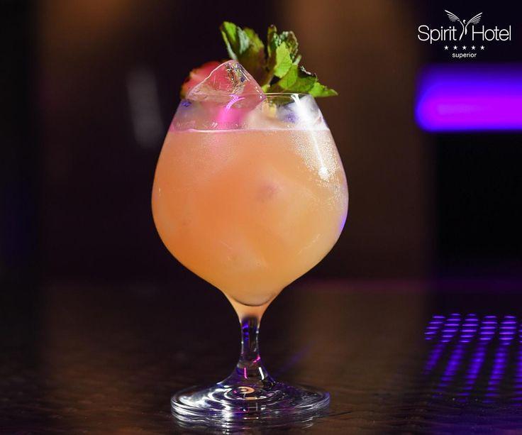 """A """"The Dutchess"""" koktélunk alapját Hollandia jellegzetes itala a genever adja, egyedivé pedig a karibi ízhatású szirup, lime- és ananászlé, valamint a 2 csepp Angostura keserű harmóniája teszi."""