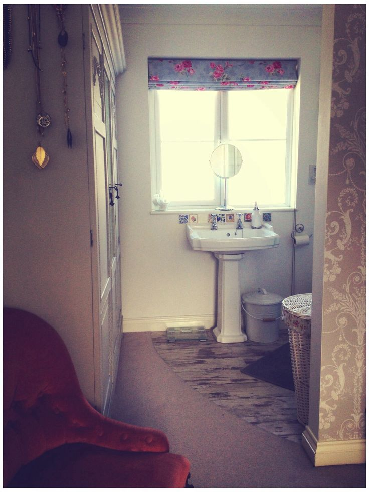 Ensuite.   Compact space with open en-suite. Flooring seamlessly cut into the carpet in an arc.