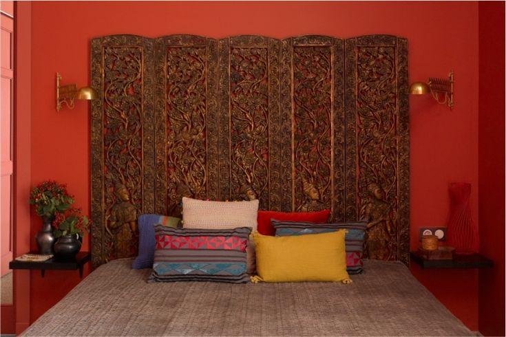 Спокойные оттенки серого выбраны для коридора, светлые стены кухни создают нейтральный фон для лазурных и оранжевых акцентов, гостевая спальня наполнена нежными пастельными тонами под стать обоям, в кабинете преобладают солидные оттенки коричневого. Цветовой кульминацией стала спальня хозяев: алые стены и динамичные синие акценты дверей и люстры задают восточное настроение, которое поддерживается экзотичноэтническим декором.