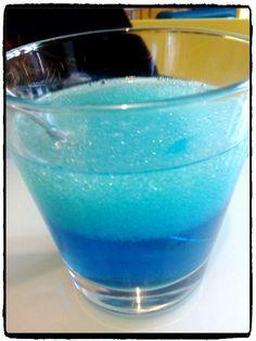 expérience scientifique pour enfant avec de l'eau, liquide vaisselle et huile