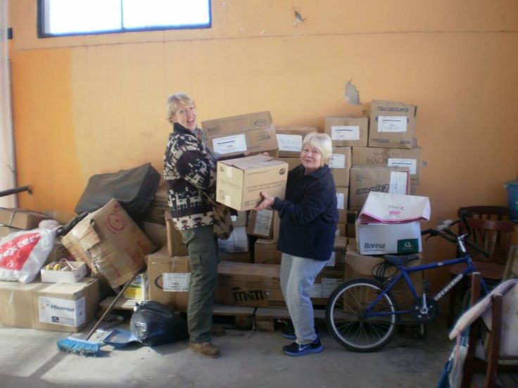 La presidenta del CAS de Wilde Concepción Jovanovich, y la directora del PRO.N.A.E.F, Silvia Fumagalli preparando el envío de ropa y otras necesidades para ser llevadas al deposito de CARITAS ARGENTINA Quilmes