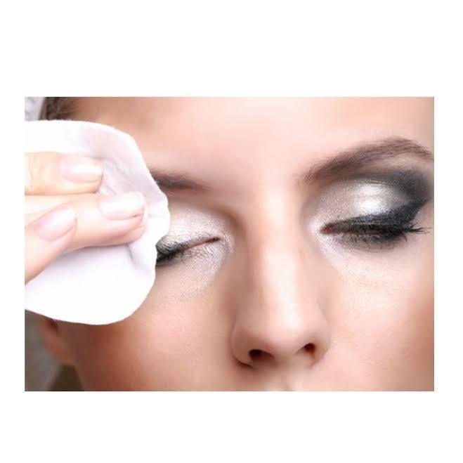 [マスカラを落す方法] 目元は極めて敏感なお肌です。顔の皮膚はサランラップくらいの薄さですが、目 元だけはゆで卵の薄皮程度。しかも、皮脂腺、汗線がすごく少ないの で、デリ ケートで乾燥しやすくなっています。なので、目元を激しい洗浄力のものでゴシ ゴシ洗うのは避けてください。またアイメイクアップリムー バーは洗浄力の強 い、界面活性剤が普通のクレンザーより多く配合されており、余計に皮脂を除去 してしまいます。そこでお薦めしたい方法は、『スク ワランオイルかオリーブ オイルでマスカラを落とす』というもの。これらは界面活性剤を含まないため、リムーバーより落ちにくく、最初は面倒くさい かもしれませんが、ぜひお試し ください。