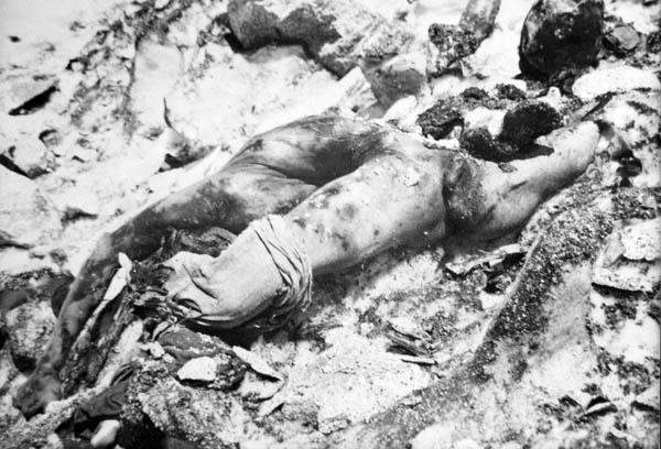 i miserti resti tragicamente contorti del cadavere di un travolto da valanga sul fronte dell'Adamello