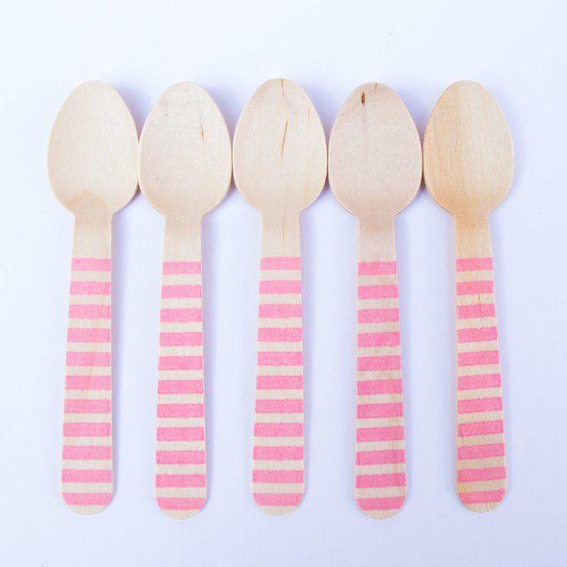 El set trae 10 cucharasde bamboo estampadas rosa rayado Los cubiertos miden aprox 13,7 cm