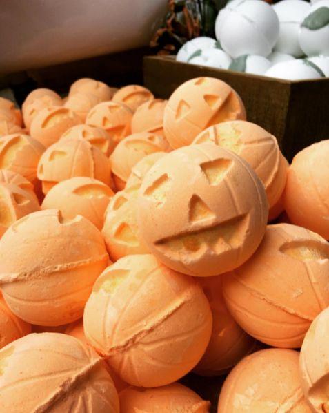 The Jack-o-lantern bath bombs smell like sweet vanilla and warm cinnamon. YUM. | Lush's Halloween Bath Bombs Are So Good I'm Screaming