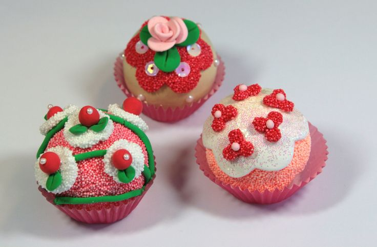 Cupcakes made with CraftEmotions silk foam clay and foam ball clay. As core you can use small 4cm styrofoam balls. Created by Jolanda van Noordenburg
