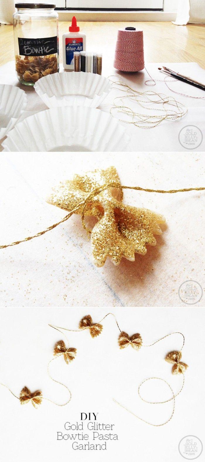 Maak een feestelijke guirlande van vlinder-macaroni smeer of spuit er iets lijm op en bestrooi met glitter in zilver of goud. Neem een lang koord en leg om ieder strikje een knoopje totdat je een lange slinger hebt voor in de kerstboom of als tafeldecoratie.