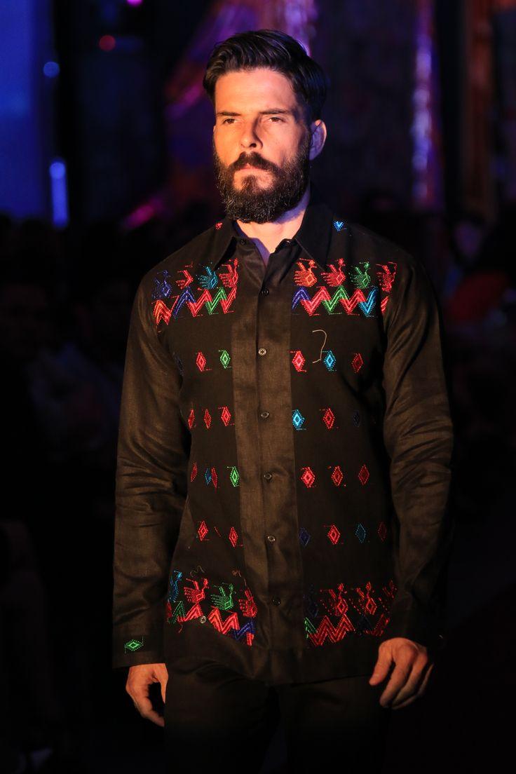 [#PacoMayorga]Camisa en lino negro irlandés combinada con telar de cintura hecho por artesanas del estado de Chiapas, México. #AltaCostura #DiseñadordeModas #EventoZurbaran #EventoPacoMayorga #DiseñadoresDeMexico #Zurbaran Citas al (961) 61 3 71 93