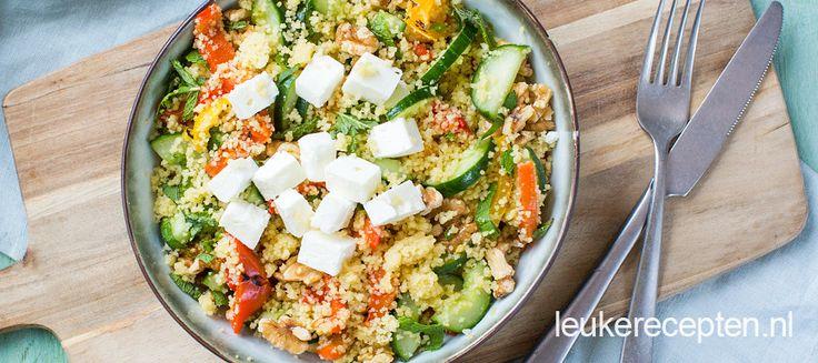 Deze salade met couscous, komkommer en paprika is heerlijk bij de barbecue.