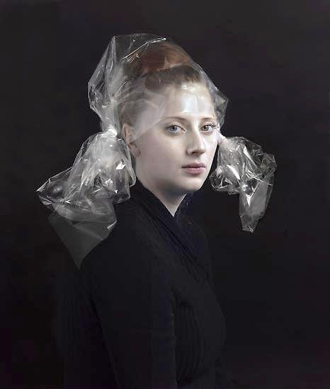 Bij de foto's van Hendrik Kerstens is het weer meer omgedraaid, alle aandacht op het model en (schilder)traditie. Ik vindt het mooi hoe hij met weinig middelen een hoedje / kledingstuk creert