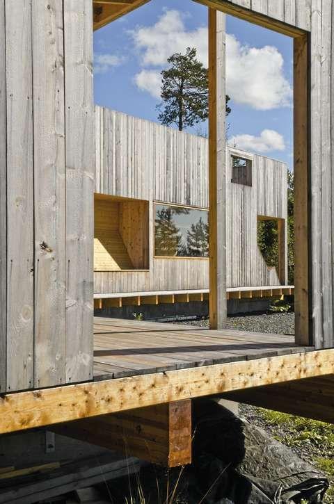 ARKITEKTUR SOM VARER: Den kule fasaden er bygget opp av solide, ubehandlete malmfuruplanker.