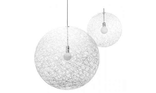 Moooi Random Light hanglamp ontworpen door Bert Jan Pot in 2001. Tijdens de fabricage is de glasvezeldraad rond een bal gewikkeld. De lichtbron kan op elke gewenste plek gemonteerd worden. Verkrijgbaar in zwart en wit.
