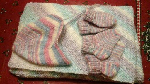 Julegave til baby: pledd, sokker, votter og lua