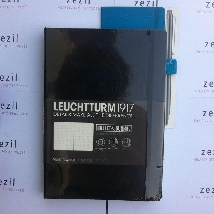 Fekete színű Leuchtturm1917 Bullet Journal azúrkék színű tolltartó gumival.    Leuchtturm1917 | pen loop | zezil