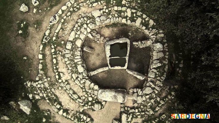 Pranu Muttedu, la Stonehenge della #Sardegna Nei pressi di Goni, piccolo centro abitato in provincia di Cagliari si trova il complesso archeologico di Pranu Muttedu una delle più importanti aree funerarie della Sardegna preistorica. È qui che si trova la più alta concentrazione di menhir e megaliti dell'Isola e sempre qui si possono ammirare diverse Domus de Janas, le 'case delle fate', ovvero tombe, ma scavate nella roccia.