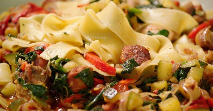 Deze pasta is niet alleen lekker, hij ziet er ook mooi uit. Gebruik kippenvlees van de dijen. Het is mals en heeft meer smaak dan borstfilet.