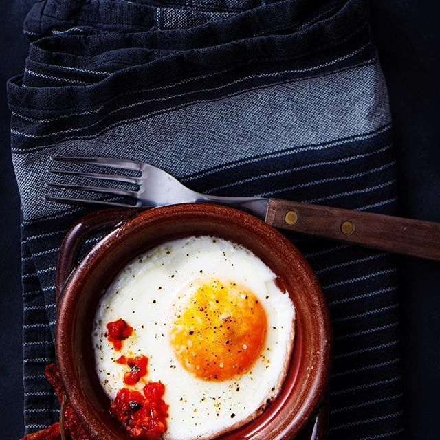 #egg and homemade chili pesto, great monday pick me up #breakfast 🌶🔥#hot #warm #studio #homemade #photography #foodphoto #foodstyling #photostyling #photooftheday #tasty #natural #delicious #photographer #foodphotography #oldfashioned #dark #yellow #organic #Food #foodphotoaday #foodshare #foodstagram #foodpics #foodphoto #monday