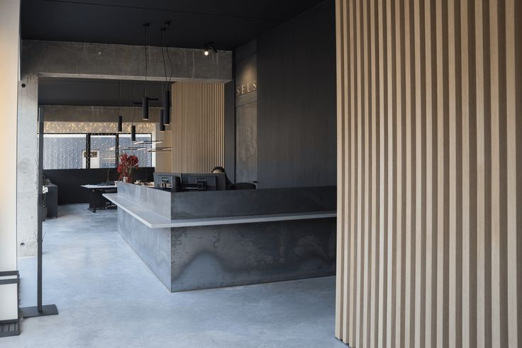 In december verhuisden we naar ons nieuw kantoor. Een minimalistisch design met veel glas dat toch heel warm en uitnodigend overkomt. Ontdek het hier.