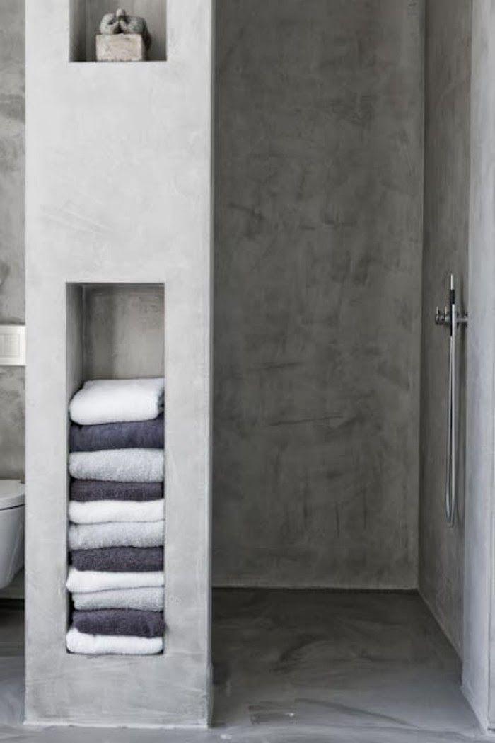 Gepleisterd betonnen planken in de badkamer ...