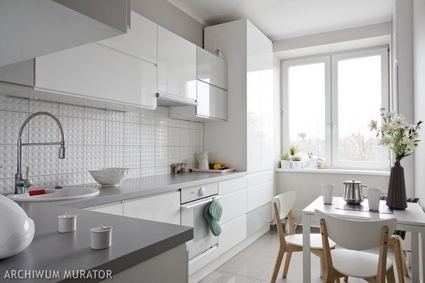Znalezione obrazy dla zapytania kuchnia białe meble szare płytki