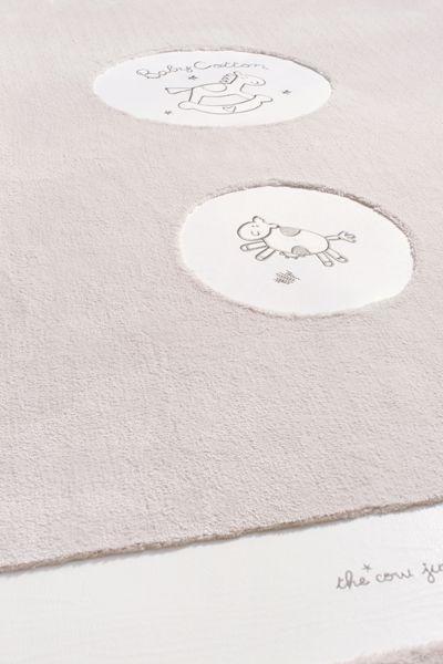 Cilek Baby Cotton Teppich  Hier können die Kinder zusammen mit dem Pony und der Kuh über den Mond hüpfen.      Wie eine zärtliche Berührung streicheln die Schiftzüge die Möbel- und Accessoires - Serie Baby Cotton von Cilek.... #baby #teppich #cilek