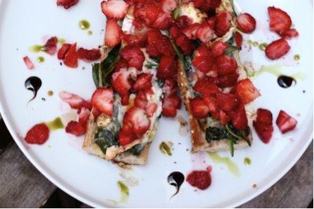 Spenótos-kecskesajtos grillkanapé eperrel - Receptek | Ízes Élet - Gasztronómia a mindennapokra