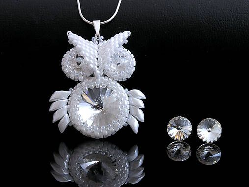 Sovičkový prívesok so swarovski rivoli. Obšité sú drobným japonským TOHO rokajlom. Všetky korálky sú perleťovo biele. Rivolky sú prihľadné. Všetky použité komponenty sú zo striebra (AG925)....