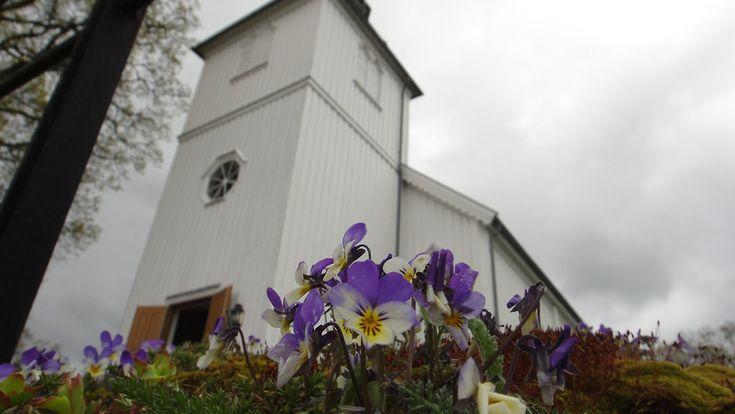 Gammeldags kirke, her Os Kirke, Rakkestad. Foto: Terje Bjørnstad