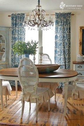 Damast-Vorhänge, elegante Kronleuchter, gesäumt Stuhlkissen, Tisch mit gefärbten Oberseite und notleidende Schürze und Beine .... und liebe den Teppich!