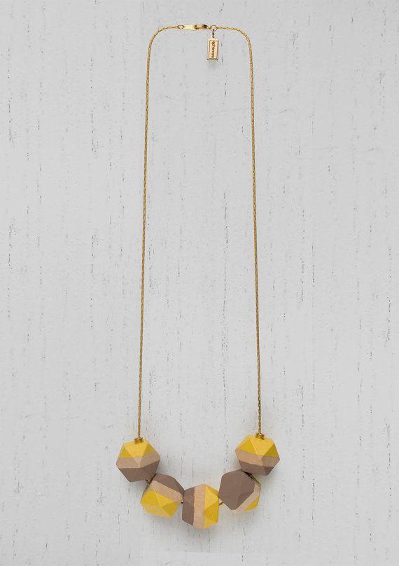 Legno di collana perle geometriche dipinte · catena bagnata in oro opaco di 24Kt · giallo e color tortora · minimalista · Design · gioielli