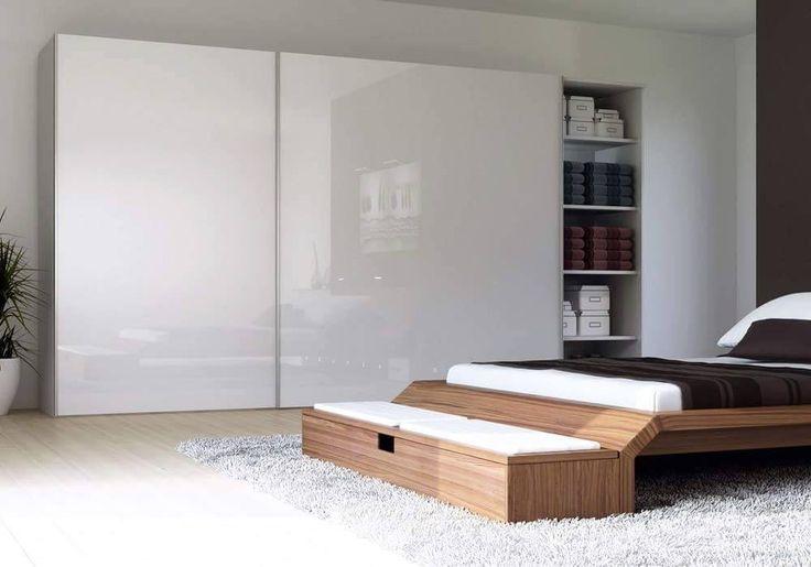 Idealna szafa do sypialni – jaka powinna być? Jeśli myślisz o wspólnej garderobie dla całej rodzin, zdecyduj się na pojemną, zabudowaną szafę do sypialni. Pojemna, często na całą ścianę szafa w sypialni to idealna propozycja dla dużych rodzin. Jedna, duża szafa w sypialni zamiast osobnych mniejszych, pozwala dobrze zagospodarować wszystkie wnętrza, dzięki temu oszczędzasz miejsca w innych pokojach, a Twoje rzeczy są skupione i posegregowane w jednym, konkretnym miejscu.