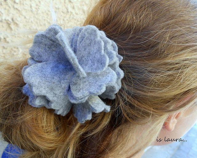 E oggi lavoriamo con un foglio di panno ....Una piccola cosa , un elastico per capelli semplicissimo utilizzando veramente poche cose e poco tempo.Questo è un lavoro talmente semplice che possono farlo anche le bambine , basta avere…