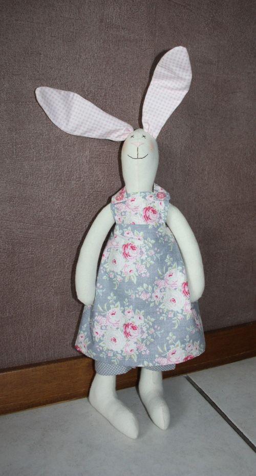 Een grappig konijn met recht opstaande oren leuk om neer te zetten,maar ook lief als knuffel voor kinderen