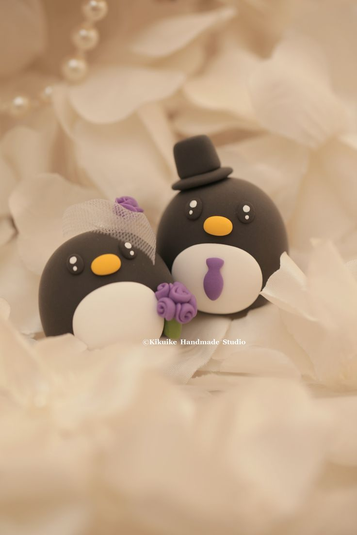 Penguins wedding cake topper #handmadecaketopper #mochiegg #cutepenguin #oceanwedding #animalscaketopper #customcaketopper #clay #cakedecoration #結婚式 #matrimonio #pinguino #ペンギン #pingüino #펭귄 #lepingouin
