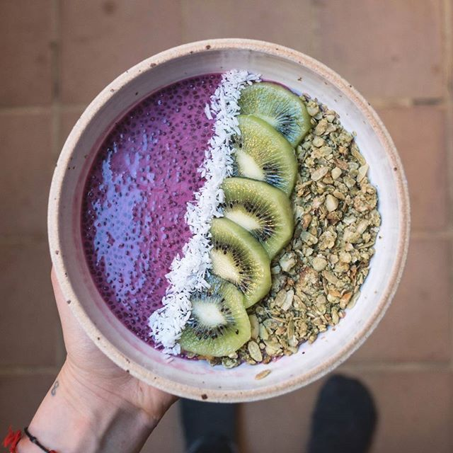 Chia pudding for this morning 😊 Graines de chia - lait d'amande - poudre de betterave & granola maison au matcha 🌿✌ . . . #chiapudding #eatcolor #coloredfood #plantbased #superfood #fooding #foodpic #healthymorning #homemadegranola #betroot #matcha