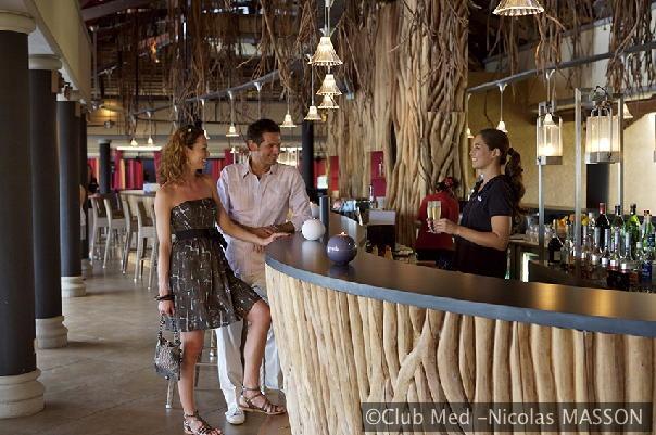 In de gezellige Banyan bar bij het hoofdrestaurant van La Plantation d'Albion (Mauritius) en het zwembad kunt u op uw gemak iets drinken.