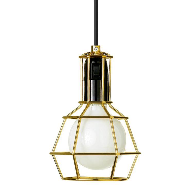 Lámpara de techo (o de sobremesa) compuesta por una pantalla en metal dorado calado, una base en polipropileno negro equipado de un interruptor y un cable de alimentación negro. Esta lámpara de tec...