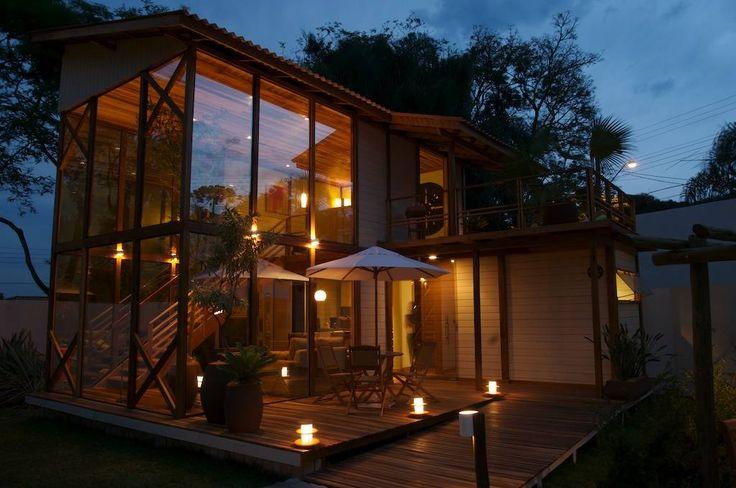 Construída rápido, casa pré-fabricada de madeira tem ótimas ideias de decoração (De Tony Santos Arquitetura)
