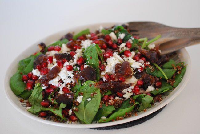 Denna sallad med röd quinoa, bladspenat, granatäpple, fetaost och färska dadlar är så galet god och passar perfekt för årstiden. En sallad som även funkar på julbordet. Quinoasallad med granatäpple…