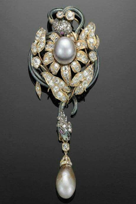 Spilla a forma di due serpenti che si avvolgono attorno ad un fiore in oro, diamanti, smalti e due perle naturali, manifattura francese, fine 19° secolo